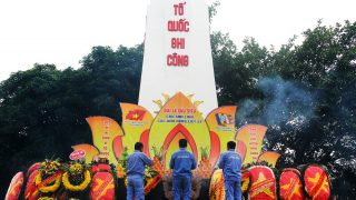 Long Son Cement offering incense at Bim Son cemetery on the occasion of the 73rd anniversary of the Vietnam's War Invalids and Martyrs Day (July 27, 1947 – July 27, 2020).