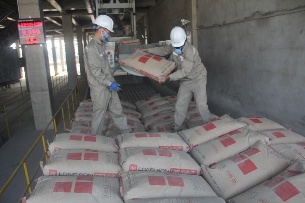 Nhà máy Đóng bao Xi măng Long Sơn tại Long An xuất lô hàng đầu tiên ra thị trường thành công.