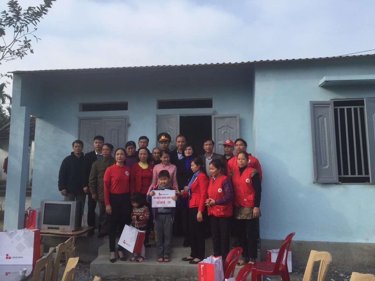 Công ty Xi măng Long Sơn – Trao tặng nhà tình thương tại Bỉm Sơn.