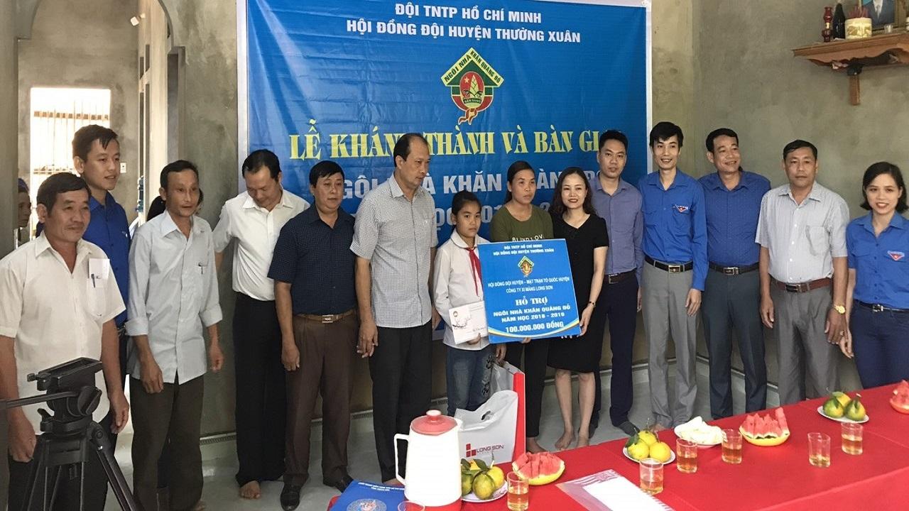 Xi măng Long Sơn phối hợp với huyện đoàn Thường Xuân trao tặng nhà Khăn quàng đỏ.